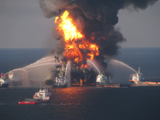 NOAA_rig_on_fire_540x405