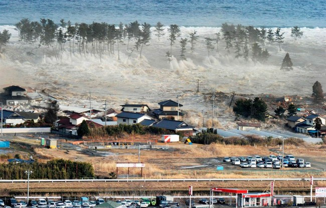 Japanese-tsunami-hitting-shore-