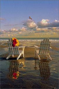 Adirondack_chairs_on_the_beach